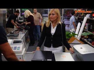 حار جبهة مورو تبيع لها الاشياء و يعطي رئيس في غرفة التخزين