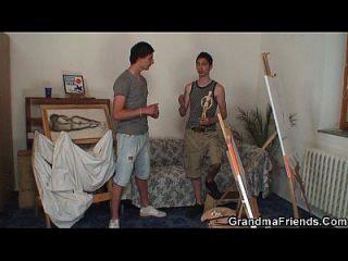 العاهرة القديمة يحصل خبطت من قبل اثنين من الرسامين الشباب
