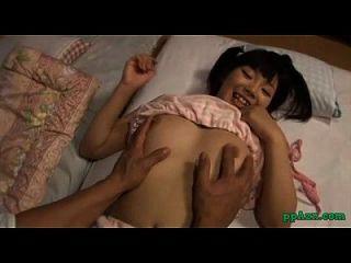 الآسيوية فتاة أصابع الاتهام من قبل الرجل مص صاحب الديك على فراش في الغرفة