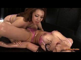 2 مفلس الفتيات الآسيوية في الملابس الداخلية النفط على الهيئات التقبيل الهيئات البراءة فرك و