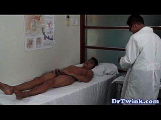 الآسيوية الأطباء الحمار الامتحان في سن المراهقة طرفة عين