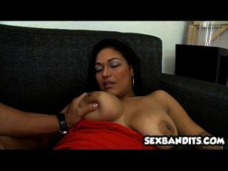 3 امرأة سمراء اتينا الملاعين على أريكة 03