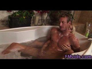 مذهلة شقراء يلعب مع الرجل قرنية في حوض الاستحمام