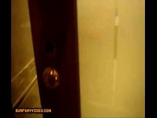 الملاعين على الأرض في الحمام