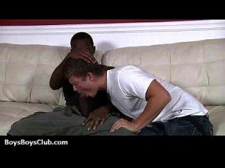 مثير الأبيض توينكس الحصول على خبطت من قبل العضلات السوداء مثلي الجنس 19