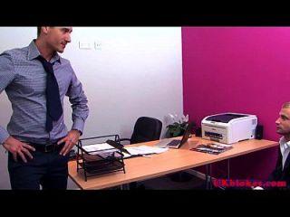 العضلات البريطانية مثلي الجنس مكتب اللعنة العمل