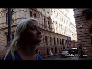 الروسية شقراء ممرضة ضجيجا في الأماكن العامة