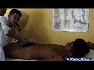 الدكتور طرفة عين ومساعد إعطاء المريض بج