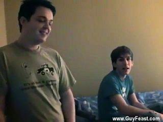 مثلي الجنس توينكس تتبع لديه الكاميرا في النخيل كما كايل، ناثان و جيمس