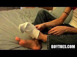 الهواة عشيق يحصل عارية و تمتص على أصابع قدميه