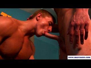 العضلات على التوالي الرجل مص على قضيب