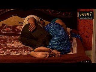 منزل الهندي زوجة تقاسم السرير مع زوجها صديق عندما زوجه النوم العميق