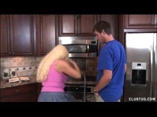 شقراء جبهة مورو الرجيج في ال مطبخ