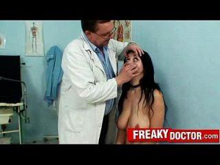 كبير الثدي الطبيعية روكسي تاغارت أساء من قبل المسنين غريب غينو الطبيب