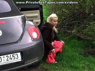 مثير الهواة صديقة يحصل شاعر المليون على ظهره في السيارة