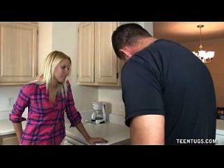 لطيف في سن المراهقة هاندجوب في المطبخ