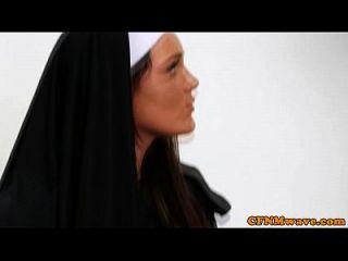 راهبات تيفاني و إيما في الديك الخام