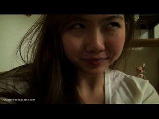 بديع مفلس الآسيوية في سن المراهقة في المنزل مع اللعب