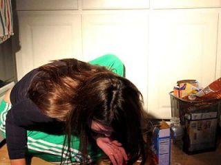 فتاة تقيؤ كس بوكينغ الإسكات مقرف الطعام