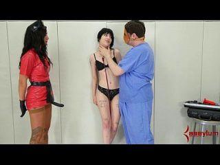 شارلوت سارتر يحصل خشن الشرجي العلاج في بيسش وارد