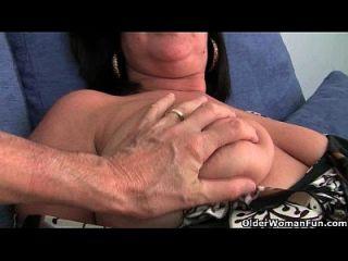 بريتيش سوسر أمي أبيغال مع لها كبير الثدي يحصل فنجيرد