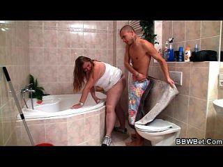 نحيف الرجل الملاعين الدهون فتاة في الحمام