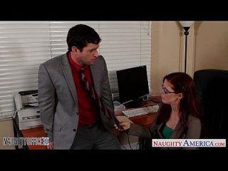 أحمر الشعر كوتي في نظارات بيني باكس اللعنة في ال مكتب