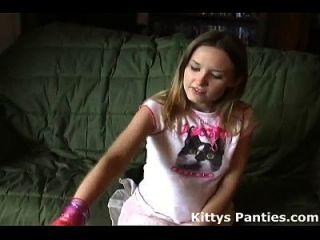 صغيرتي في سن المراهقة كيتي وامض لها سراويل في تنورة صغيرة