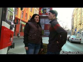 الدهون فتاة تلتقط الرجل النحيف من الشارع