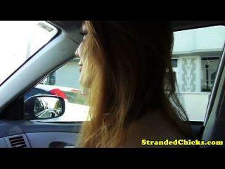 ستراندد أحمر الشعر في سن المراهقة يدفع سائق مع جنس