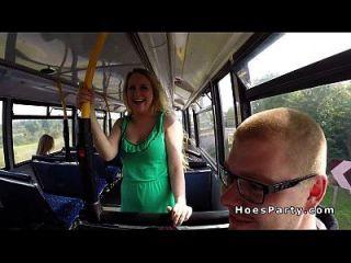 اثنين مثير الهواة الحفلات في الحافلة بينما تتحرك