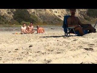 الرجال القبض على الرجيج في الشاطئ عارية