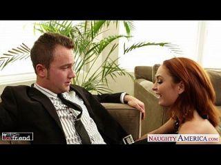 جنسي أحمر الشعر أشلي غراهام سخيف على ال أريكة