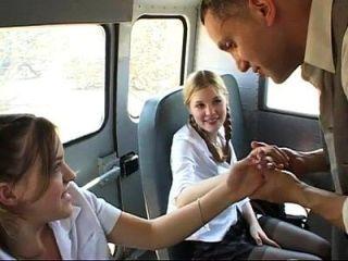 اثنين لطيف تلميذات يحصل مارس الجنس في ال حافلة