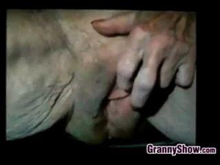 الجدة يلعب معها كس فضفاضة جدا