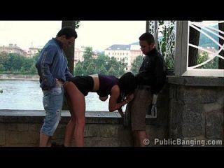 الجنس العامة مفلس في سن المراهقة تحول جنسى بواسطة 2 الرجال على الشارع