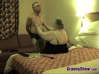 غريب الجدة وزوجها يلهون