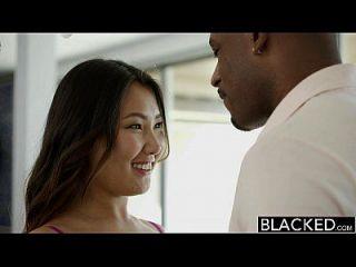 بلكد ضيق الآسيوية فتاة اليشم لوف سكرمز على هائل أسود الديك