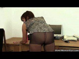 تخيل لها القيام بذلك في المكتب
