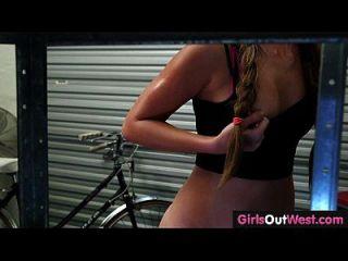 الفتيات خارج الغرب لطيف مثليات الهواة في الدراجة ورشة إصلاح