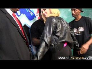 كاتي كوكس يحصل لها وجه جيززد من قبل الرجال السود