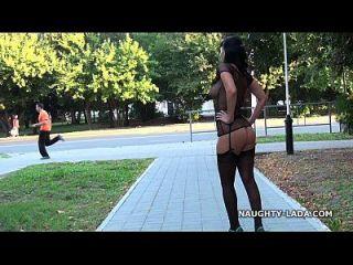 العامة وامض واللعب في جوارب عارية العامة