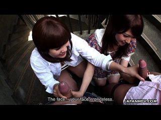 اثنين سلوتي الآسيوية الفاسقات مص الرجال على الدرج