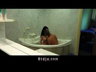 في سن المراهقة الرطب في حوض الاستحمام - Xalabahia.com