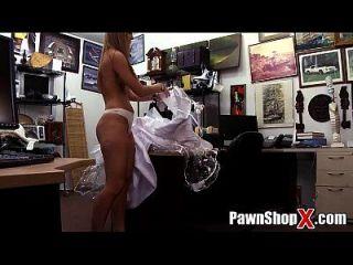 يائسة العروس تبيع فستانها والحمار النقدية السريعة في متجر البيدق xp14512 هد