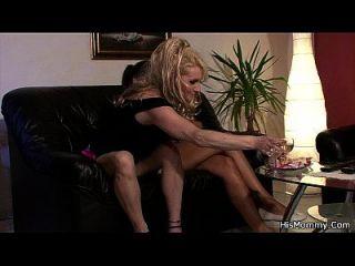 له غف و أمي تبدأ لعبة ليززي مع قضيب جلدي