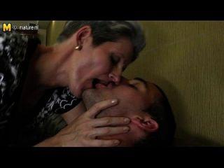 نحيل أمي يجعل الحب إلى ابنها الثابت الديك