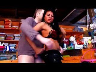 مثير لاتينا مع كبير الثدي مارس الجنس في ال متجر حيث هي