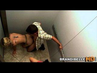 براندي حسناء عالقة في مصعد كما الأزواج اللعنة