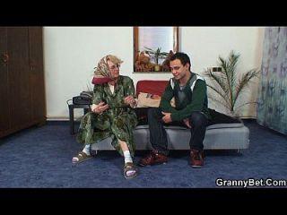 المرأة العجوز يحصل لها كس أصلع انتقد